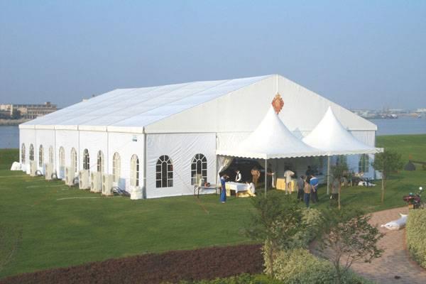 大型白色活動帳篷